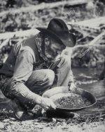 el-prospector-pan-de-oro-en-las-colinas-negras-de-dakota-del-sur-los-black-hills-gold-rush-comen.jpg